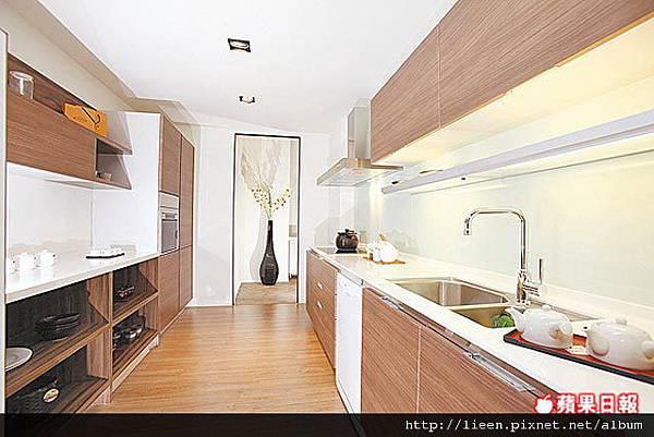 廚房配雙排櫃廚具,有木質面板廚具,配備3口電陶爐、洗碗機等配備.jpg