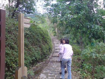 霽月步道山下的登山口~耳邊還傳來附近人家的卡啦ok聲