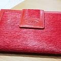 MOON紅色皮夾 - 正面收起,有短毛設計的質感,具時尚潮流。