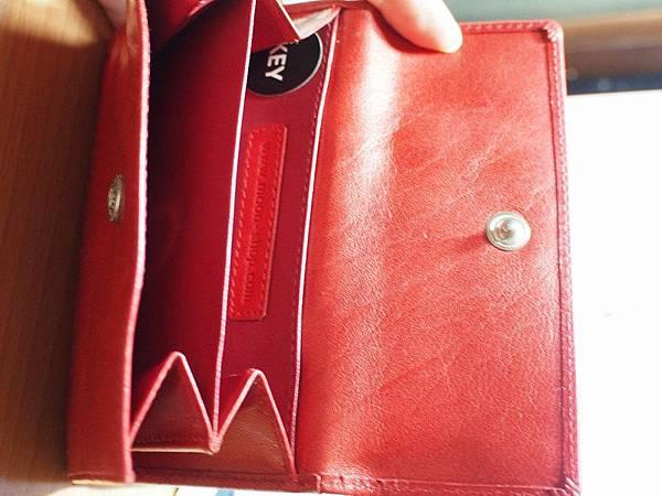 MOON紅色皮夾 - 最右方的零錢收納處,有鑰匙袋。
