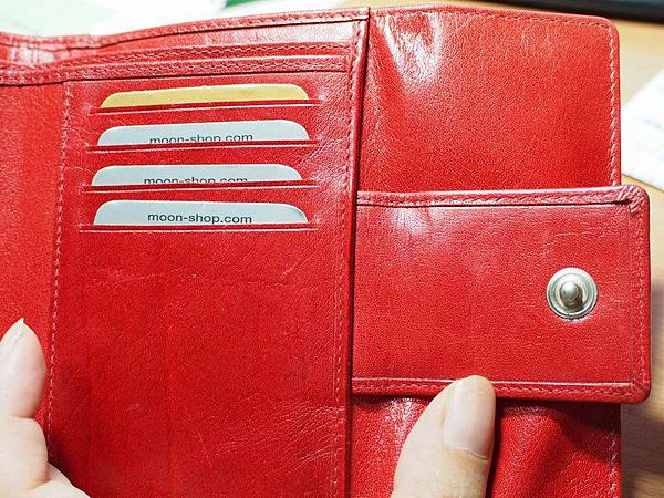 MOON紅色皮夾 - 右邊的詳圖