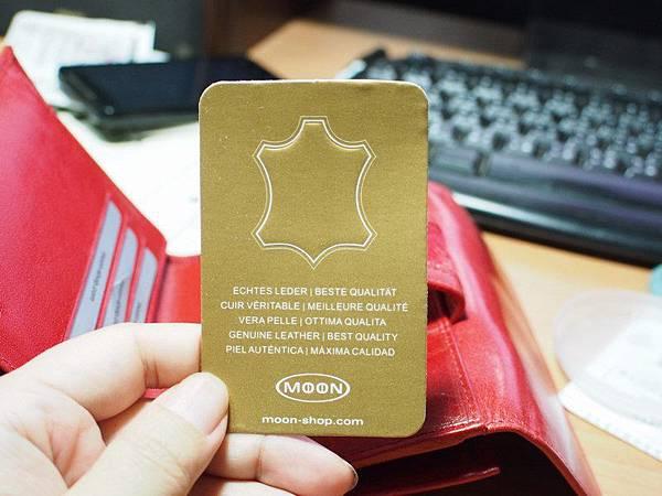 MOON紅色皮夾 - 其中一張金色的卡片