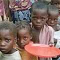 領取食物的小孩.jpg