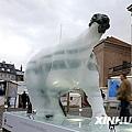 資料圖:12月8日,在丹麥首都哥本哈根市中心,人們走過一尊正在融化的北極熊冰雕。新華社記者張玉薇攝.jpg