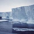 這座冰山從莫茲冰河舌上崩離。莫茲冰河從南極大陸上向海洋中伸出了一條長達100英里(約合160公里)的冰舌.jpg