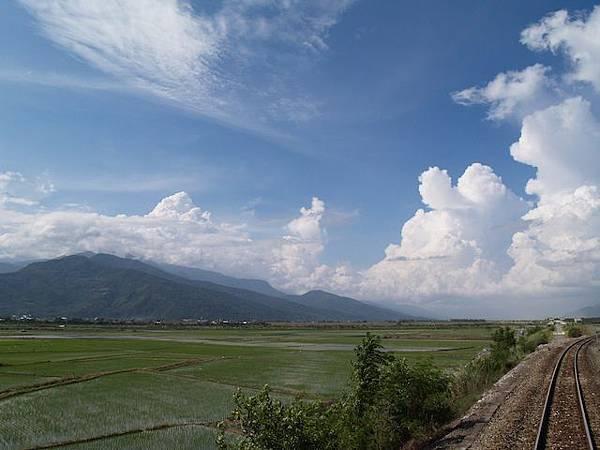 鐵道在恬靜的田野與藍天下奔馳1.JPG