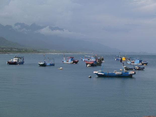 烏石鼻海邊總能見到三三兩兩的漁船
