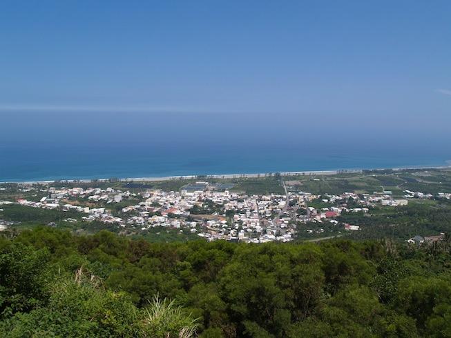 從金針山看著山腳下無垠的海洋與小鎮