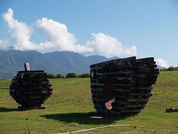 伽路蘭有著許多大型木雕藝術作品1
