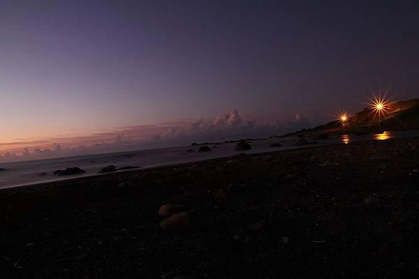 夢幻日出前海邊靜謐的詩意