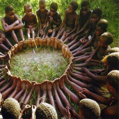 腳為成圈圈的非洲孩子