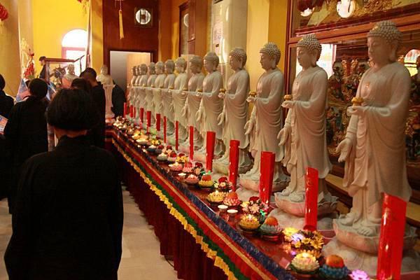 阿彌陀佛站立接引像~印尼湛明法師拍攝