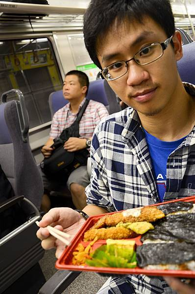 在電車上吃便當