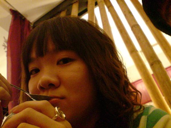 羯尔在吃最爱的冰淇淋。。。^^