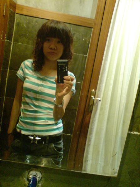 """年轻人的病?爱在厕所拍照。。。=.="""""""