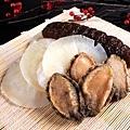 台南晶英酒店團圓養生福袋雞提供客製化的服務,可個別加購魚翅、鮑魚、花膠或海參等喜氣珍味。