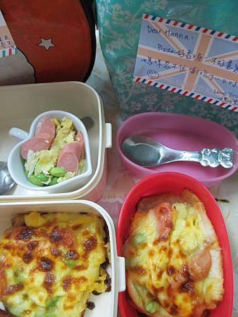 20140902_lunch_忍不住先偷吃了一口pizza^^