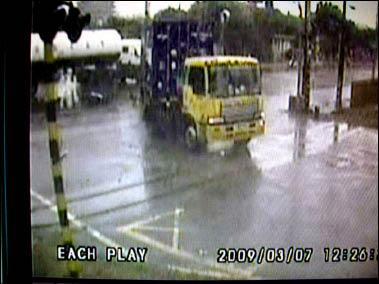 貨車輾死人 瞬間拍到「靈魂出竅」?.jpg