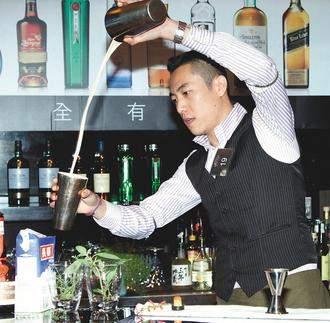 2012年世界頂尖調酒師大賽冠軍台灣帥哥尹德凱 (2)