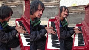 流浪漢蓬頭垢面走向鋼琴… 下一刻讓路人落淚