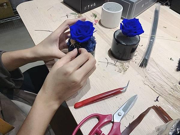 母親節花束推薦,花藝師正在設計永生花盆栽藍色永生花.JPG