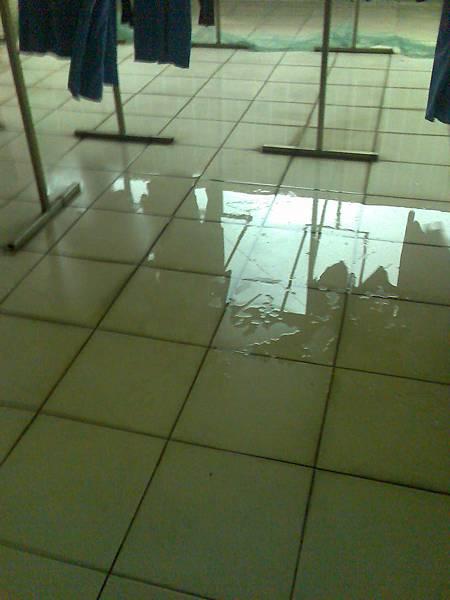 0612溼透積水的曬衣場地板