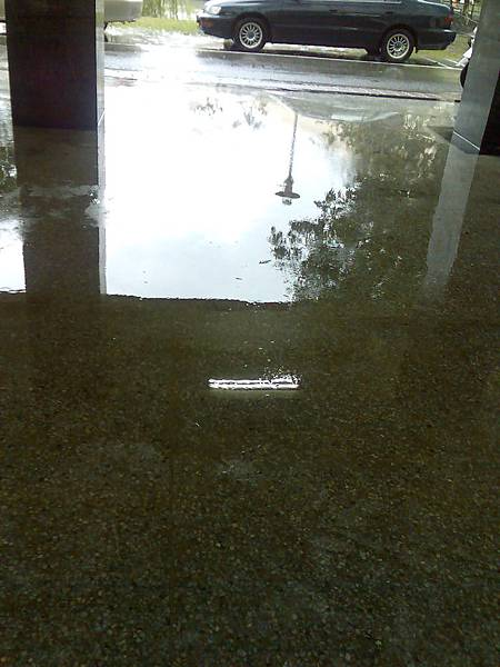 0612下雨積水的 B 棟中庭