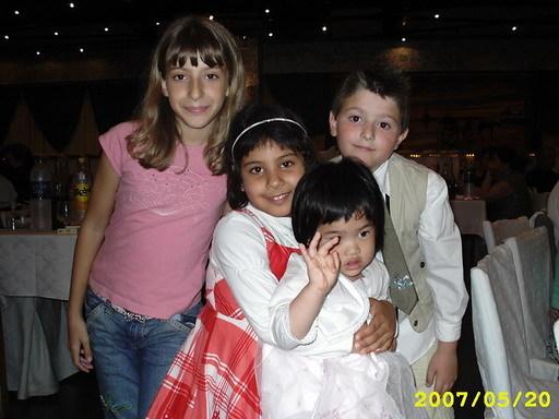 Irini 在婚禮上與其它小孩合照