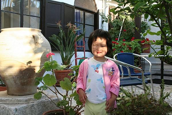 Irini 在 Rodos 的旅館庭院