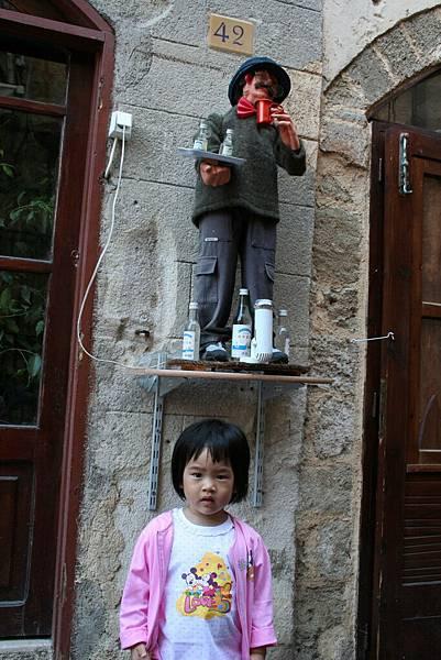 Irini 在 Rodos一家賣酒的店門前