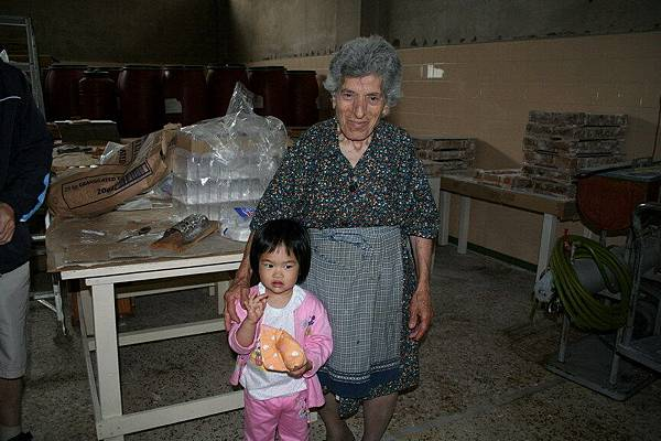 Irini 與希臘阿公朋友開的糖果工廠的奶奶合影