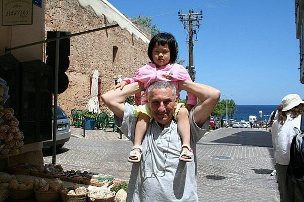 Irini 在Chania 的港口與希臘阿公合照