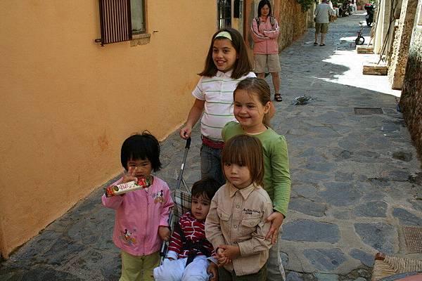 Irini 在Chania街頭與當地小孩合照