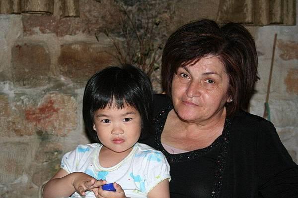 Irini 與希臘阿媽照相