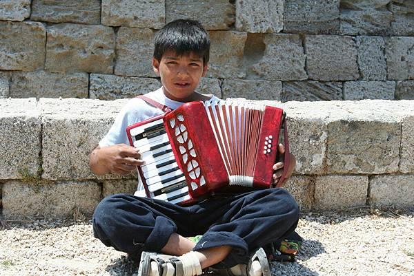 Rodos - 吉普賽小男孩在街頭演奏為生