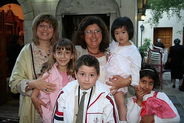 Irini 在婚禮教堂外與希臘阿媽友人合照