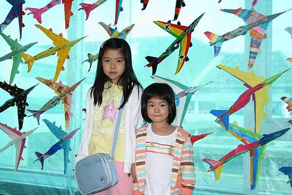 Irini 和表姐在中正機場第二航站