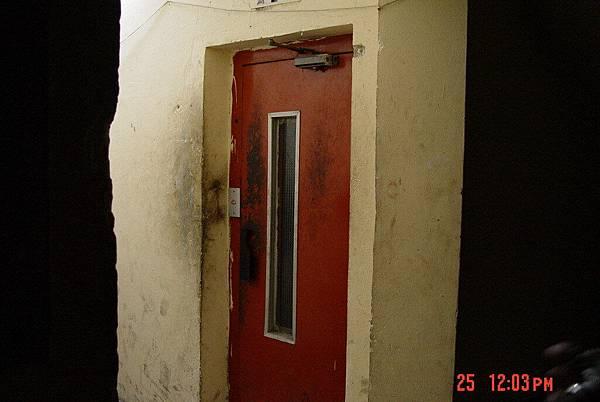 開羅住的旅館電梯,1次只能載3人