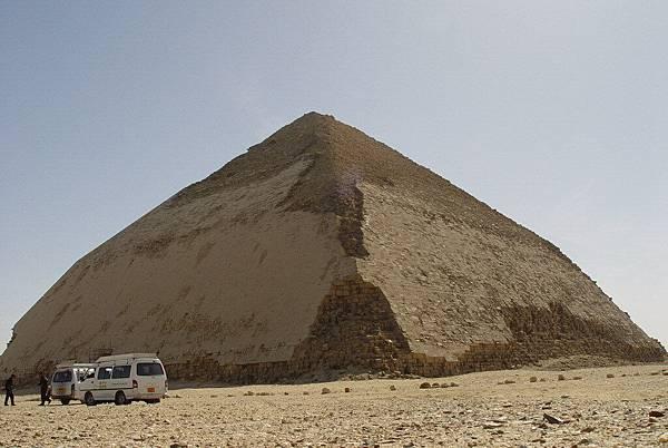彎曲金字塔