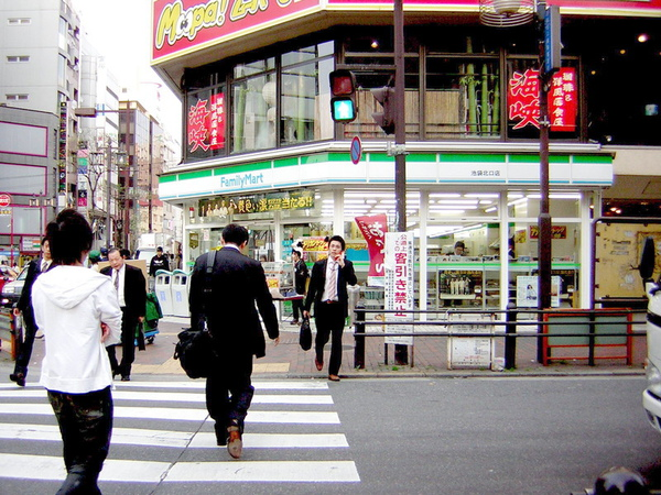 日本的全家 (商品超多的)