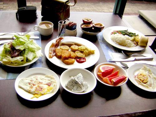 吃早餐囉~這是我們拿的早餐 (福華提供了百款早餐)我偏愛美式