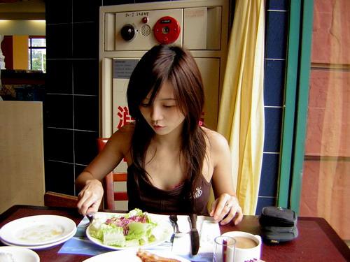 歐~我要吃生菜沙拉^___________^  嘴都翹起來了