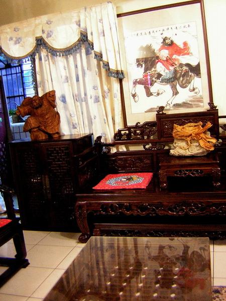 牆上是鍾馗大師的畫像雕像也是..木頭雕好香唷~