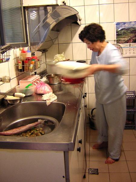 阿嬤在煮東西了..早知道會拍照她肯定會換衣服