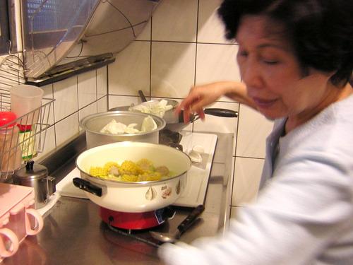 煮玉米..當火鍋湯頭