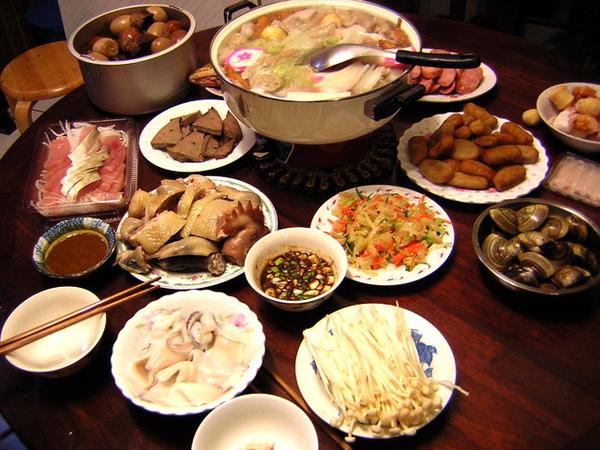 除夕飯桌...阿嬤說吃熱熱火鍋比較有團圓的感覺