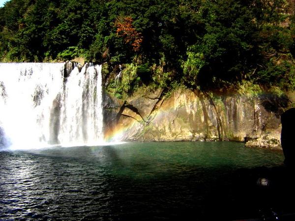 陽光..瀑布..彩虹..湖水.岩石..樹木..都好美..