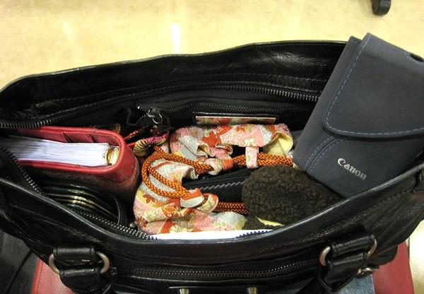 20071004馬公機場候機室捨棄厚重相機包.jpg