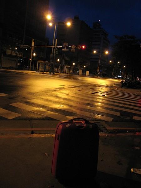 20071005清晨5點40分孤獨的行李在羅斯福路三段.jpg