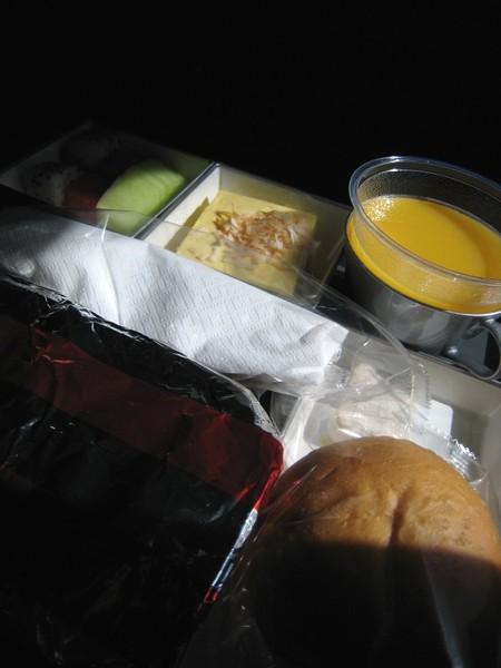 20071005凌晨署光下的飛機餐.jpg